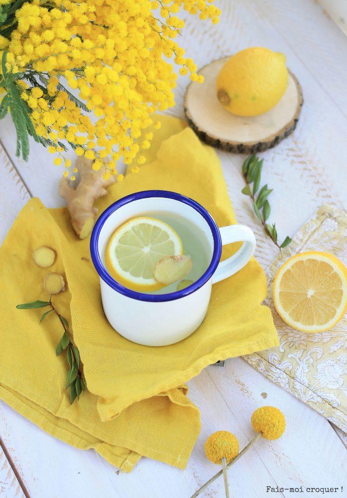 Faire chauffer l'eau. Couper une rondelle de citron et un morceau de gingembre bio. Mettre citron et gingembre dans la tasse. Verser l'eau chaude et laisser infuser 5 minutes avant de déguster à jeûn.